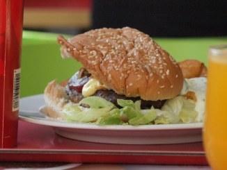 Gwyneth Paltrow gönnt sich auch mal einen Burger - Promi Klatsch und Tratsch