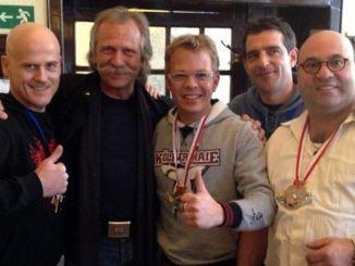 V:l.: Küchenchef Ralf Zacherl, Sänger Henning Krautmacher, Küchenchefs Mario Kotaska und Martin Baudrexel, Wirt Martin