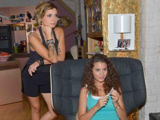 Anni (Linda Marlen Runge, l.) und Ayla (Nadine Menz)