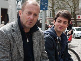 Peter (HeinoFerch, li) und sein Sohn Lukas (Max Hegewald, re)