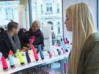 Miri (re.), Jessica (li.) und Melissa (Mitte) suchen einen Vibrator