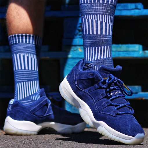 blue black rope shoelaces on suede blue jordans 1