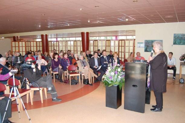 Voorzitter Corrie Hoekstra, spreekt de genodigden toe.