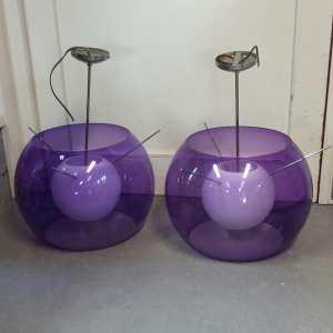 Twee paarse hanglampen met chromen pendels