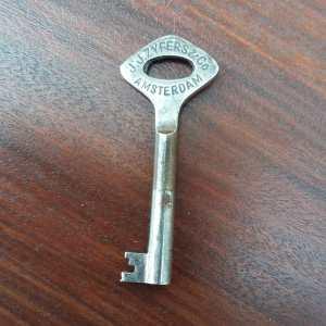 Originele sleutel - Amsterdamse School dressoir is gemaakt door J. J. Zyfers en Co