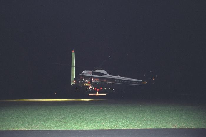 El helicóptero Marine Two se prepara para recoger a los Cheney. Foto de Archivos Nacionales de EE.UU.