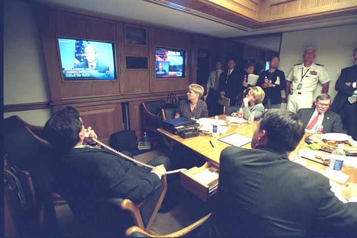 Los miembros del equipo de Bush miran el mensaje a la nación. Foto de Archivos Nacionales de EE.UU.