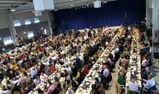 Pozo Alcón  se muestra solidario en la comida organizada por AECC