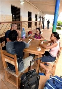 """Jugando al dominó, en """"Dictadura cubana"""""""