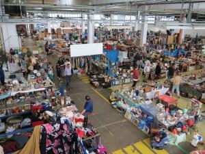 Mercado de segunda mão no galpão da fábrica