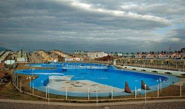 La piscina y, por detrás, el Barrio Tupac Amaru