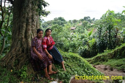 On the left is the representative of San Ildefonso Ixtahuacán. On the right is the Flor del Pueblo of Santiago Chimaltenango, both of the Department of Huehuetenango. They wear clothing intended for a colder climate and therefore suffer in the heat of El Palmar, Quetzaltenango.