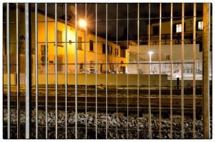 Binari del treno dietro la recinzione