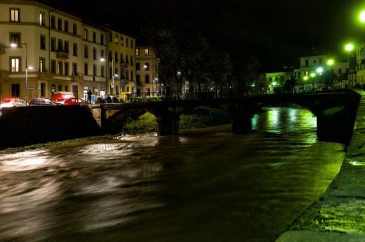 Fiume di notte a Firenze