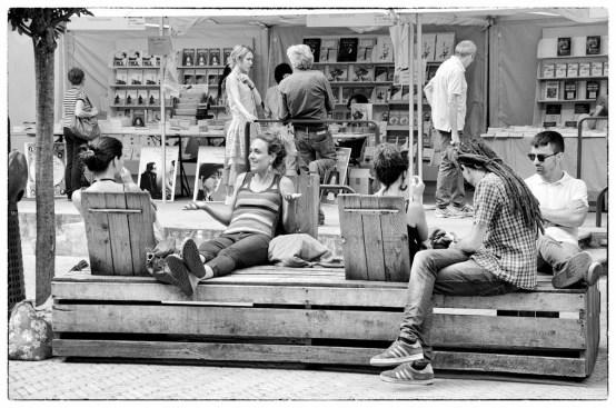 gente, persone che passano il tempo in piazza