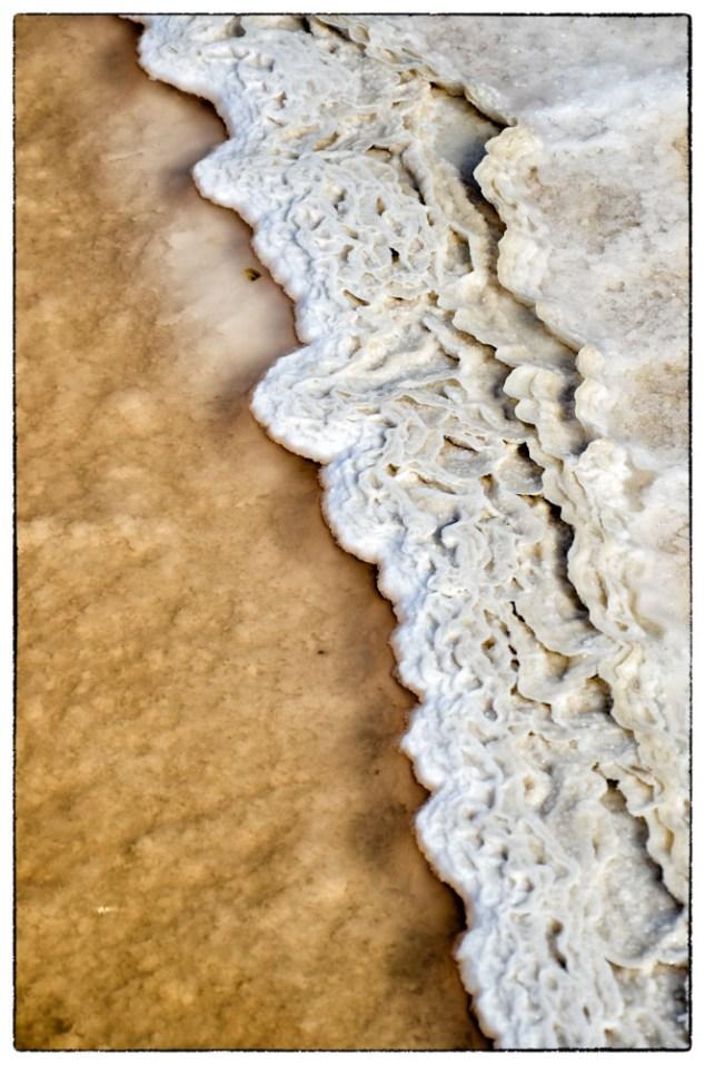 Crosta di sale che si sta formando nelle saline trapanesi