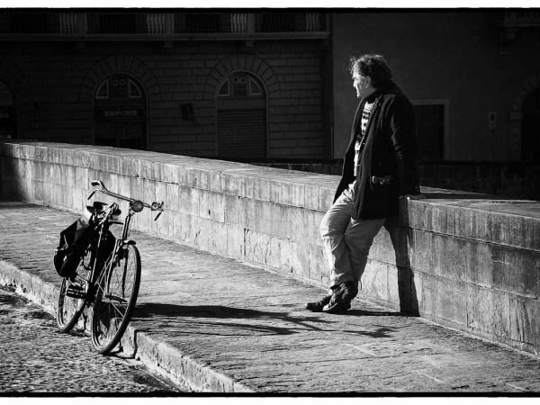 Ponte Santa Trinita, uomo con bicicletta