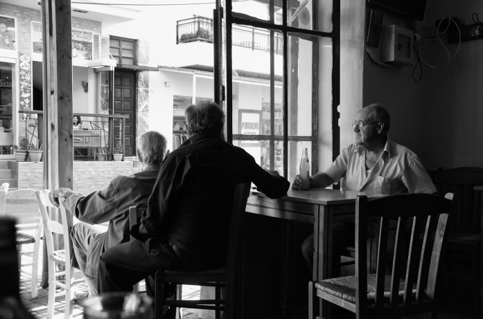 Anziani in un bar in Grecia