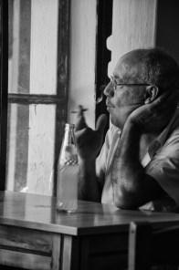 Uomo che fuma in un bar di Creta, Spili