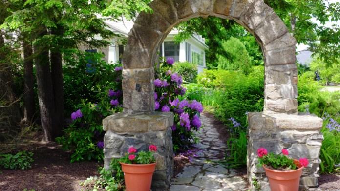 garden-stone-arch