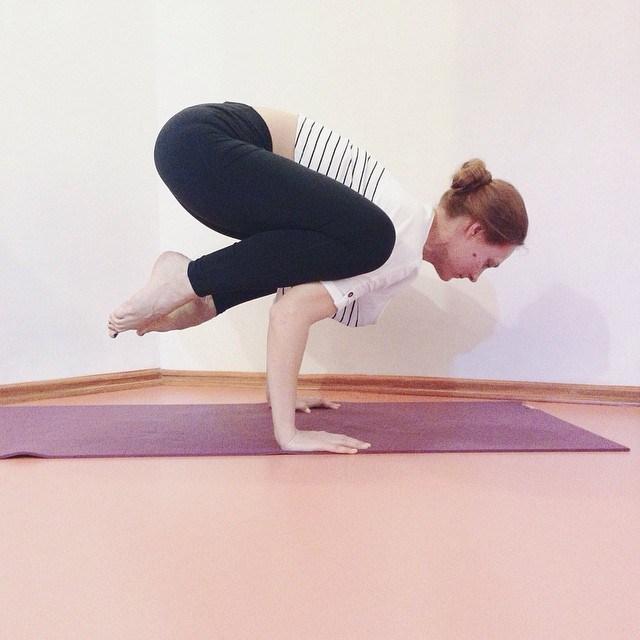 Postura Cuervo Yoga