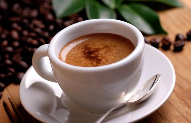caffè espresso nella tazzina bianca