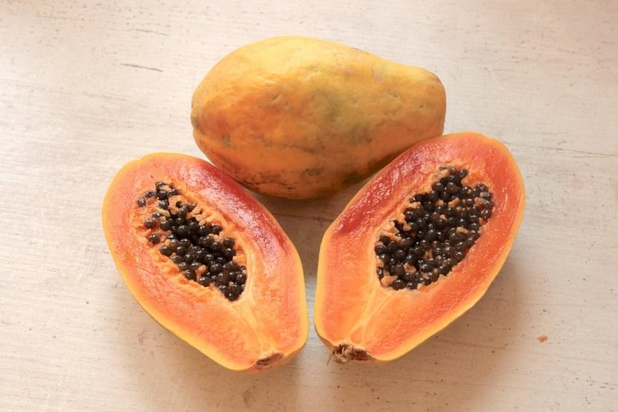 La papaya, il frutto tropicale dalle molteplici virtù