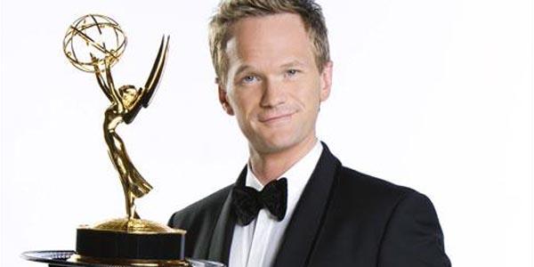 Neil Patrick Harris posa con un Emmy en una foto promocional