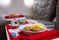 por que la comida en los aviones sabe diferente