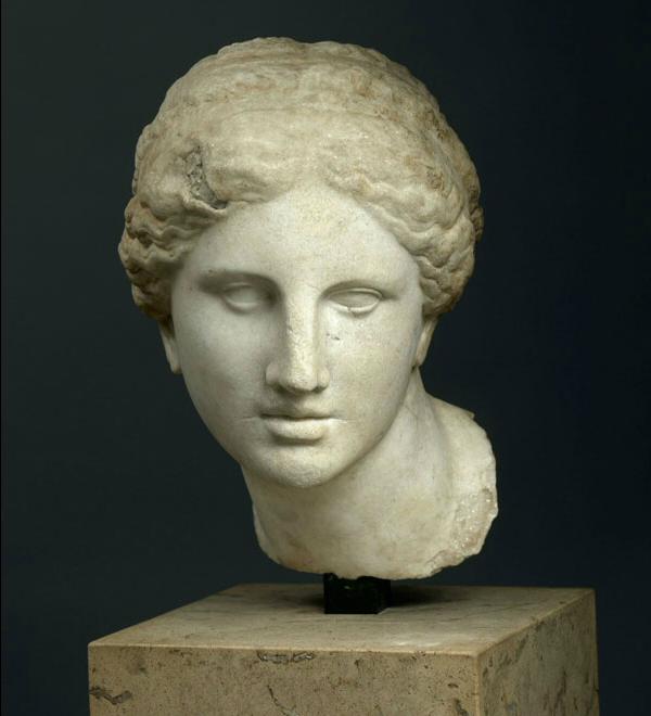 Kaufmann hoofd, Louvre. Vrije kopie naar het hoofd van de 'Venus van Cnidus' van Praxiteles. Hoewel de beeldhouwer zich enige vrijheden veroorloofde lijkt dit het meest getrouw iets weer te geven van de sfeer van het origineel van Praxiteles, wat het hoofd betreft.