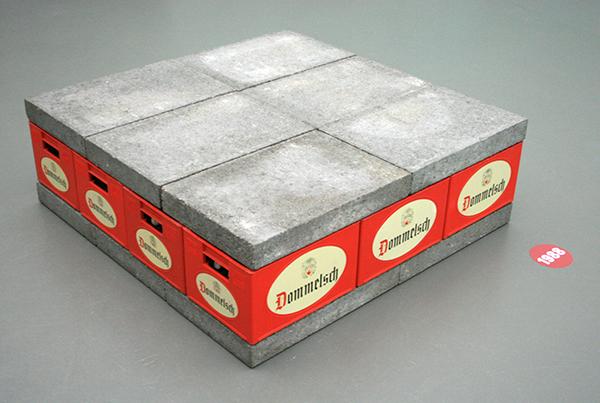 1988 - Joep van Lieshout - 12 stenen, 12 kratten - Beton, bierkratten en glas