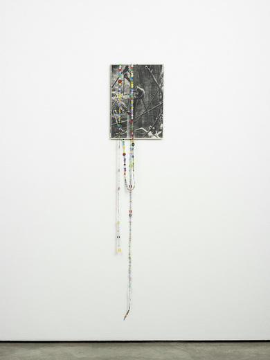 Untitled (Bronx Monkey II) - 152x30cm Kopie met confettie en draad