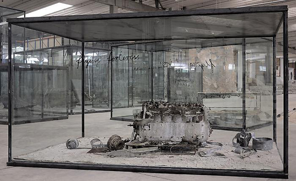Flying Fortress - 240x430x230cm Vliegtuig motor, lood, olie, acrylverf, shellak, klei op canvas in een vitrine van glas en staal