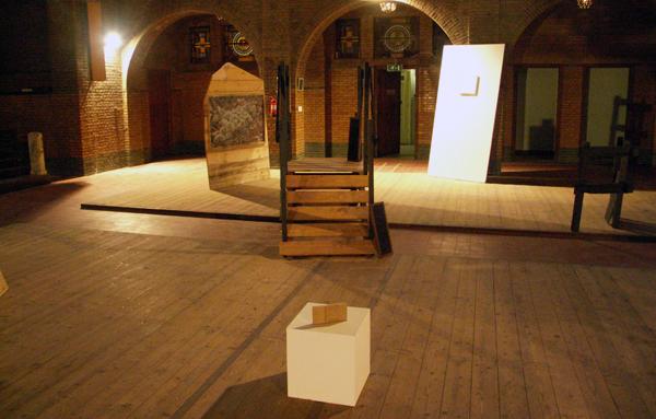 Tijl Orlando Frijns - Alleen op de berg - Installatie van diverse materialen