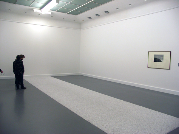 Richard Long - White Marble Line - Kiezelstenen, en Hamish Fulton op de achtergrond