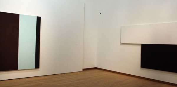 Baret Newman - Morada en Ellsworth Kelly - Black with White Bar II