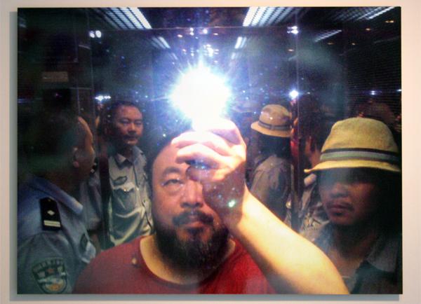 Ai Weiwei met rockster Zuoxiao Zuzhou in de lift toen hij gevangen genomen werd door de politie in augustus 2009 - 100x130cm C-print