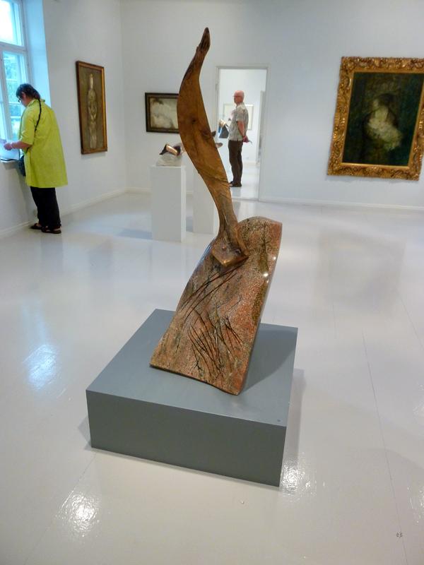 Laila Pullinen - Vestal Virgin - Quartzite (?) en brons