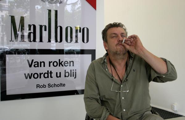 Rob Scholte rookt gezellig