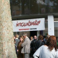 Vandaag opende dan officieel het Incubate festival in het Faxx-gebouw in Tilburg (vlakbij poppodium 013) met beeldende kunst. Het concept was simpel, alles wat er ingestuurd werd, wordt geëxposeerd. Dat […]