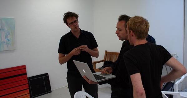 van links naar rechts, Bouchez, Joncquil en van de Ven in gesprek