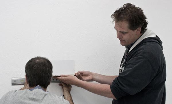 Erik-Jan Ligtvoet hangt samen met Ewoud Bakker een werk van Ligtvoet zelf op