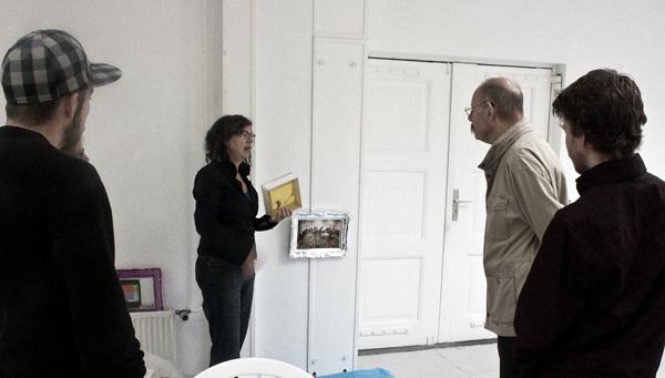 Het werk van Ellen Rodeberg wordt besproken met Erik, een bezoeker en Jordy Koevoets