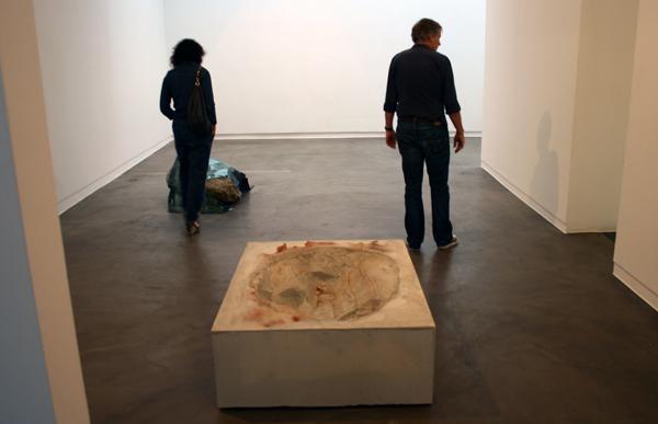 Anya Galiaccio - To be Titled - 42x100x130cm Beton en wat vuiligheid