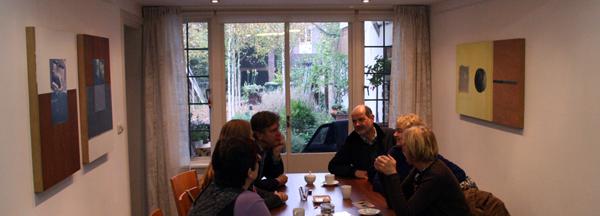 Rene bespreekt met bezoekers