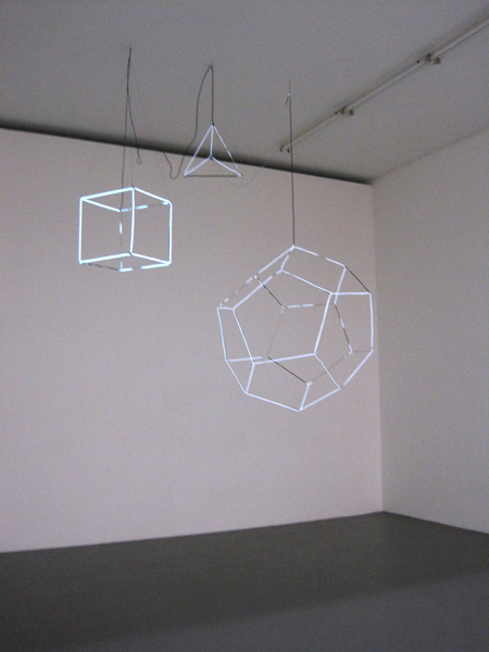 Angela Bulloch - Electric Wire Drawing PS Hexahedron PS Tetahedron PS Dodecahedron - 50x50x50cm & 111x132x140 cm Draadstaal en wit 'electrolum'