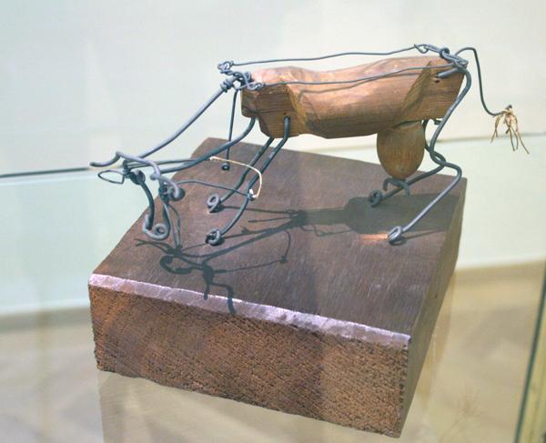 Alexander Calder - Koe - Metaaldraad en hout