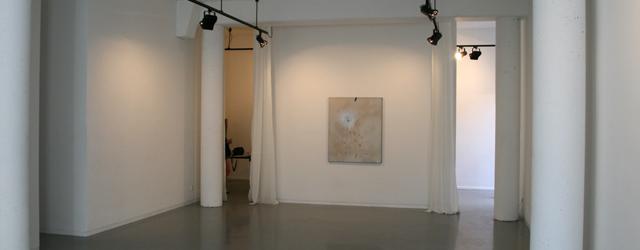 Tot vandaag was bij Diana Stigter het werk van Thomas Helbig (1967) te aanschouwen. Te aanschouwen, want het daadwerkelijk zien is lastig. Het is werk dat zich niet direct laat […]