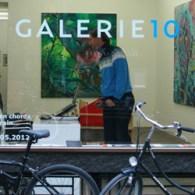 Hidde van Schie (1978) heeft op dit moment een solo te Utrecht. Hij schildert, maakt muziek, schrijft teksten, maakt collages en tussendoor maakt hij ook nog eens installaties/sculpturen. Het is […]