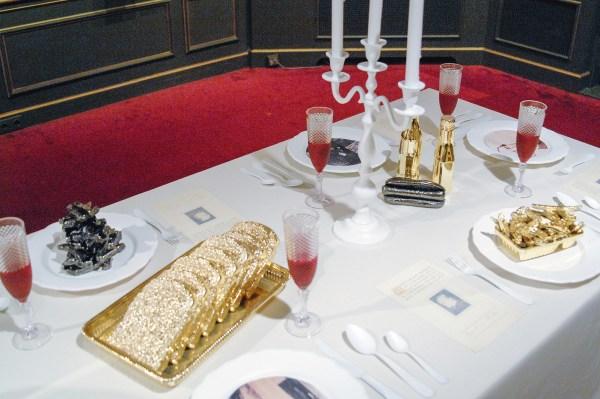 Onbekende maker - objecten op tafel met (immitatie?) goud of zilver